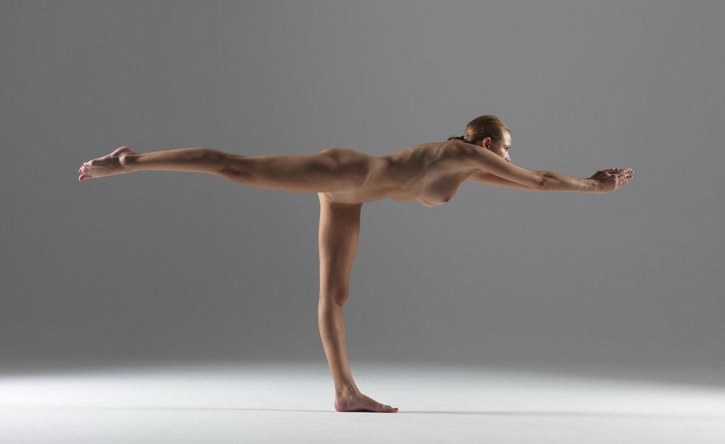 seksi-devka-na-yoga-foto-stringi-torchashimi-iz-pod-odezhdi-foto